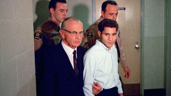 Сирхан Сирхан, подозреваемый в расстреле сенатора Роберта Кеннеди, со своим адвокатом Расселом Парсонсом в Лос-Анджелесе