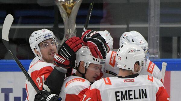 Хоккеисты Авангарда радуются забитой шайбе