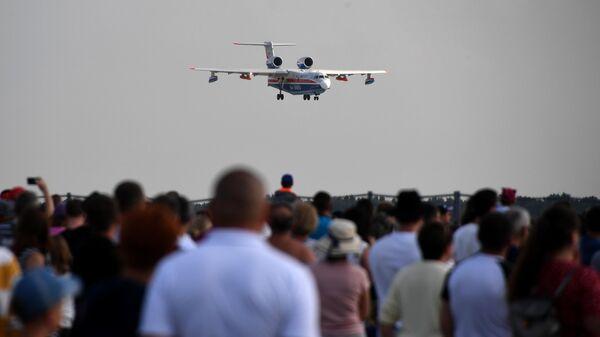 Российский самолёт-амфибия Бе-200ЧС совершает демонстрационный полет на Международном авиационно-космическом салоне МАКС-2019 в подмосковном Жуковском