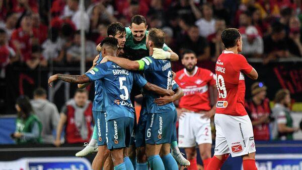 Футболисты Зенита радуются победе