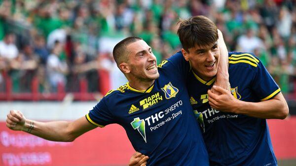 Футболисты Ростова Алексей Ионов (слева) и Эльдор Шомуродов