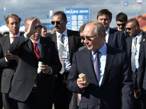 Президент РФ Владимир Путин и президент Турции Реджеп Тайип Эрдоган (слева) с мороженым во время посещения Международного авиакосмического салона МАКС-2019