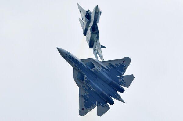 Российские многофункциональные истребители пятого поколения Су-57 выполняют демонстрационный полет на Международном авиационно-космическом салоне МАКС-2019 в подмосковном Жуковском