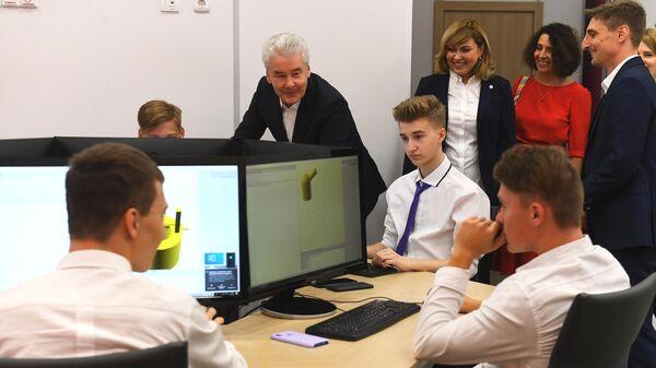 Мэр Москвы Сергей Собянин с учениками во время посещения московской школы №1560 Лидер в День знаний