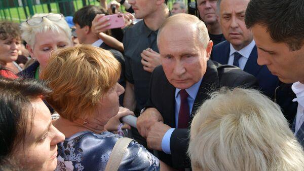 Президент РФ Владимир Путин общается с жителями Тулуна после посещения средней общеобразовательной школы №6