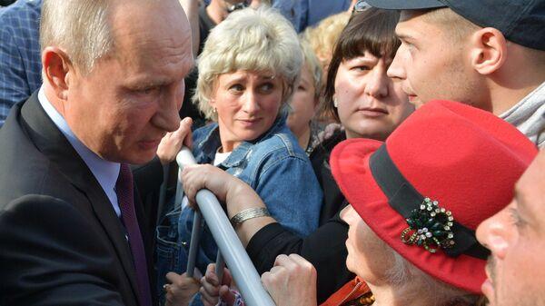 Президент РФ Владимир Путин общается с жителями Тулуна