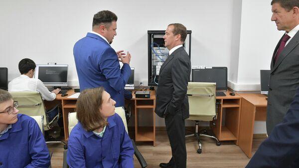Дмитрий Медведев во время посещения регионального центра компетенций IT-колледж ПАО Ростелеком на базе Красногорского колледжа. 2 сентября 2019