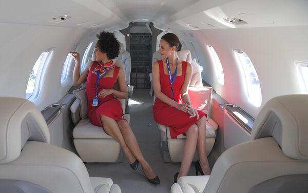Девушки в салоне швейцарского бизнес-джета Pilatus PC-24 на Международном авиационно-космическом салоне МАКС-2019 в подмосковном Жуковском