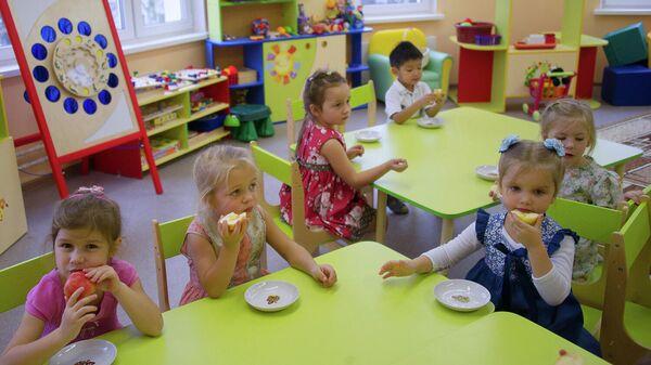 Воспитанники детского сада во время полдника
