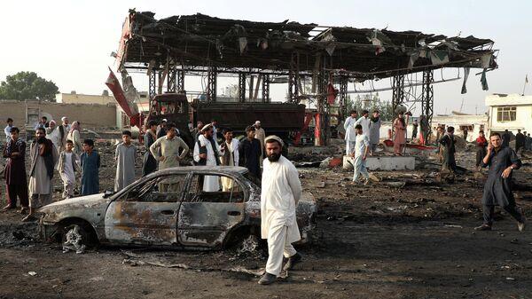 Прохожие осматривают место взрыва в Кабуле, Афганистан. 3 сентября 2019