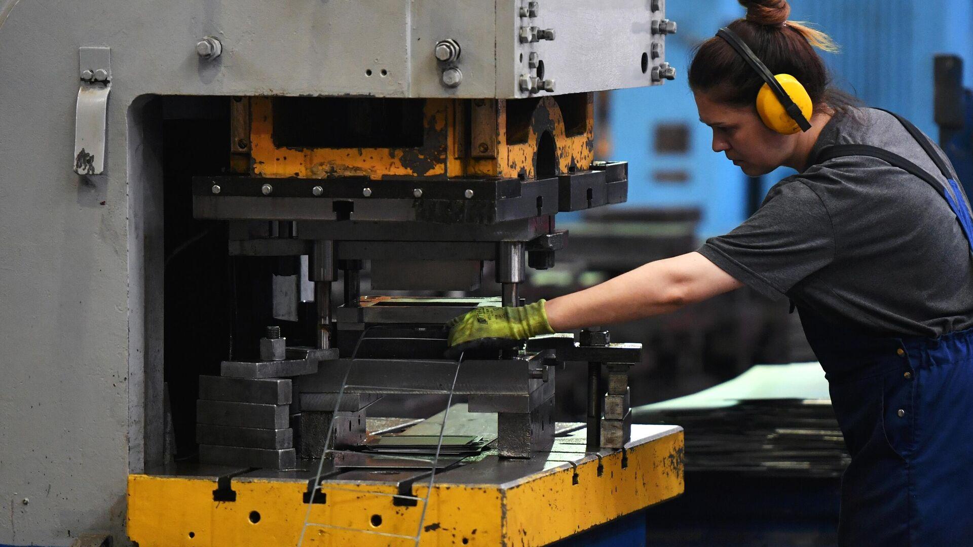 Сотрудница в цехе по производству лифтового оборудования на Щербинском лифтостроительном заводе - РИА Новости, 1920, 16.07.2020