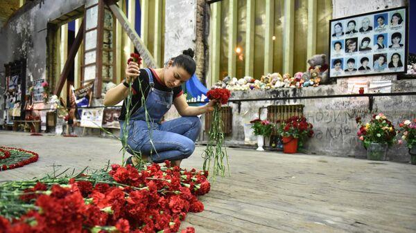 Девушка в помещении бывшей 1-й Бесланской школы, где проходят траурные мероприятия, посвященные 15-й годовщине теракта 1-3 сентября 2004 года