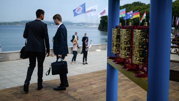 Участники V Восточного экономического форума на набережной бухты Аякс в кампусе Дальневосточного федерального университета (ДВФУ) на острове Русский во Владивостоке