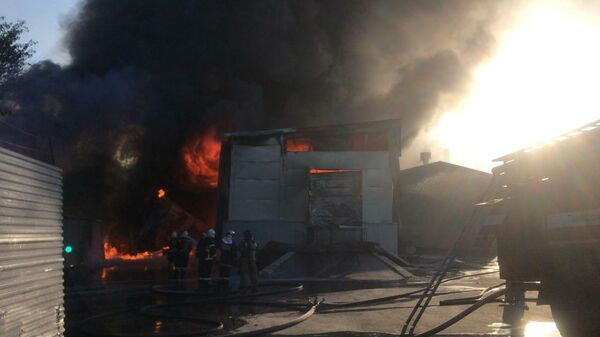 Сотрудники МЧС во время ликвидации пожара на складе в Рязани