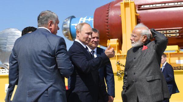 Президент РФ Владимир Путин и премьер-министр Индии Нарендра Моди во время совместного посещения судостроительного комплекса Звезда в городе Большой Камень