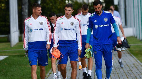 Футболисты сборной России Роман Нойштедтер, Роман Зобнин и Сослан Джанаев (слева направо)