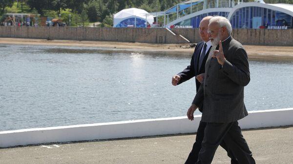 Президент РФ Владимир Путин и премьер-министр Индии Нарендра Моди во время встречи на острове Русский