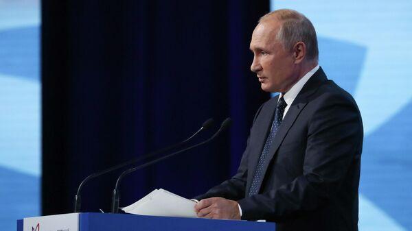 Президент РФ Владимир Путин выступает на пленарном заседании в рамках V Восточного экономического форума