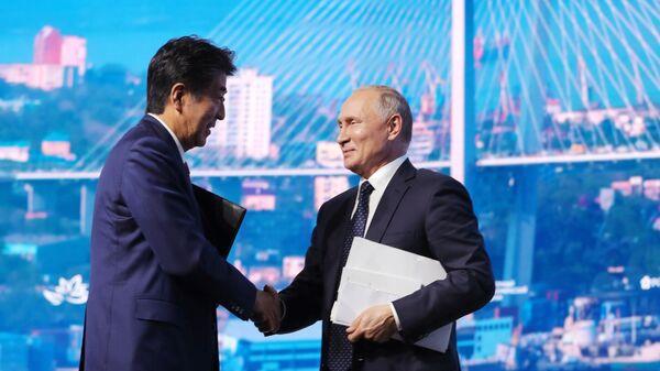 Президент РФ Владимир Путин и премьер-министр Японии Синдзо Абэ после окончания пленарного заседания V Восточного экономического форума – 2019