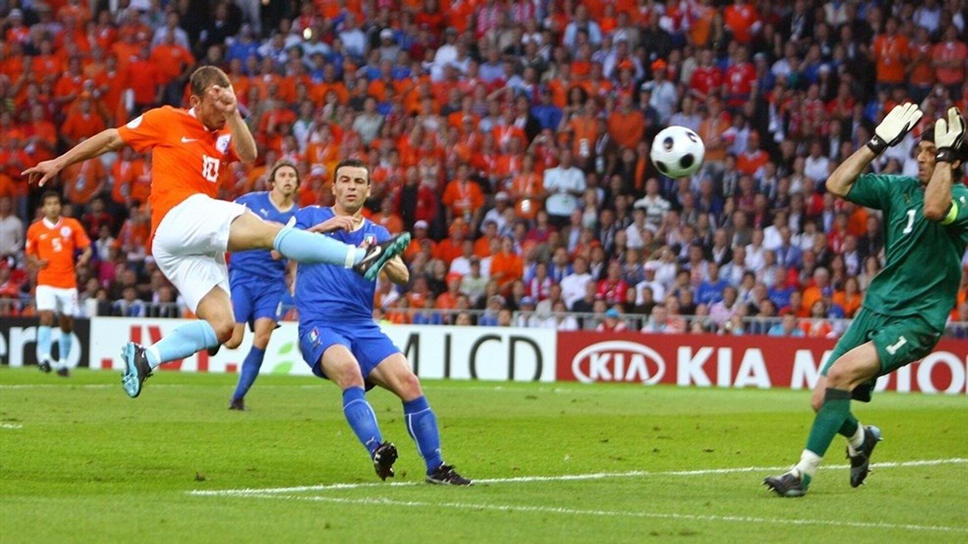 Уэсли Снейдер забивает Италии на ЕВРО-2008 - РИА Новости, 1920, 09.06.2020