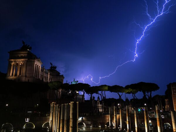 Молния рядом с памятником Виктору Эммануилу II в Риме
