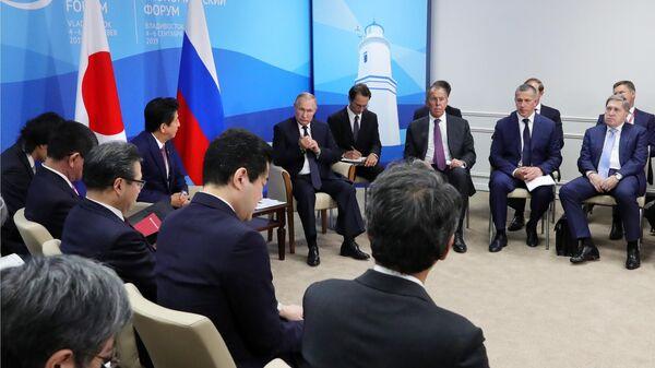Президент РФ Владимир Путин и премьер-министр Японии Синдзо Абэ во время встречи на полях Восточного экономического форума