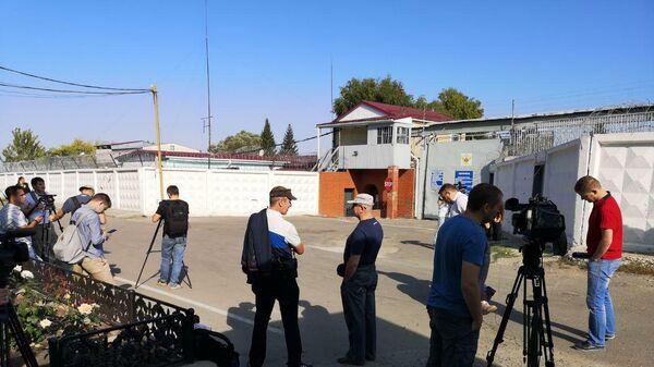 Журналисты у входа в четвертую исправительную колонию в Алексеевке (Белгородская область)