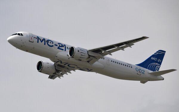 Российский среднемагистральный пассажирский самолёт МС-21-300 выполняет демонстрационный полет на Международном авиационно-космическом салоне МАКС-2019 в подмосковном Жуковском