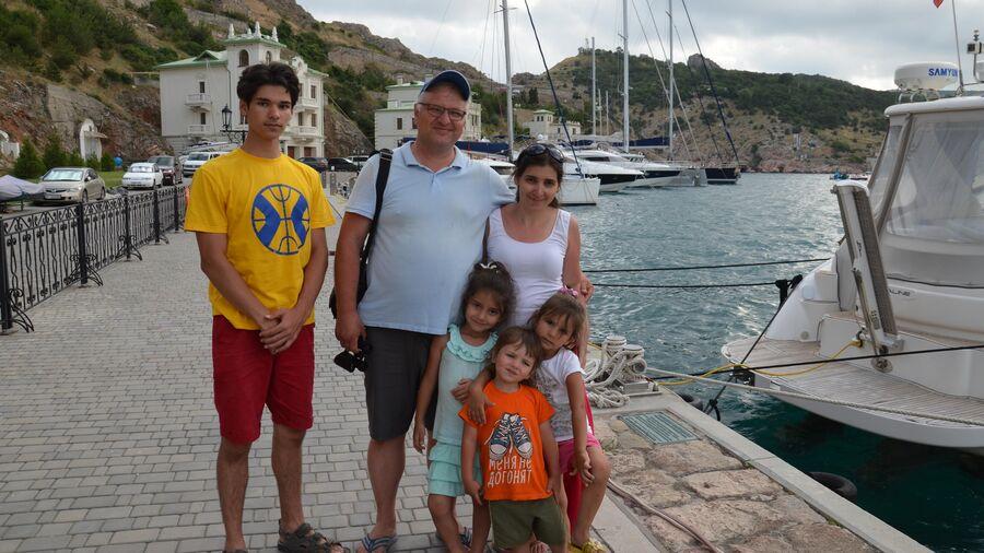 Ульяновы любят ездить по России, но без семейного автобуса это почти невозможно