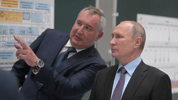 Президент РФ Владимир Путин и генеральный директор госкорпорации Роскосмос Дмитрий Рогозин во время посещения космодрома Восточный