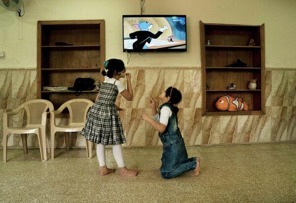 Мусульманские девочки играют в Ираке