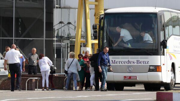 Родственники украинских военнослужащих, нарушивших морскую границу РФ, ожидают самолет из Москвы в аэропорту Борисполя