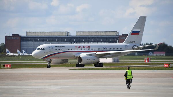 Российский самолет Ту-204 с участниками договоренности об освобождении между Россией и Украиной в аэропорту Внуково