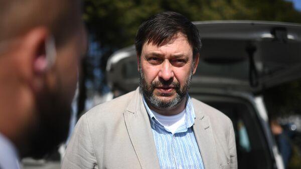 Руководитель портала РИА Новости Украина Кирилл Вышинский во время беседы с журналистами в аэропорту Внуково. 7 сентября 2019