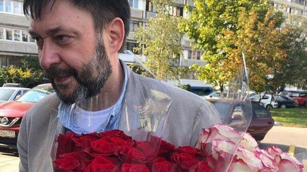 Руководитель портала РИА Новости Украина Кирилл Вышинский с букетами цветов для мамы, жены и Татьяны Москальковой