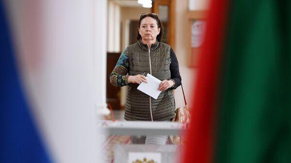 Избирательница на избирательном участке №42 в единый день голосования в Казани