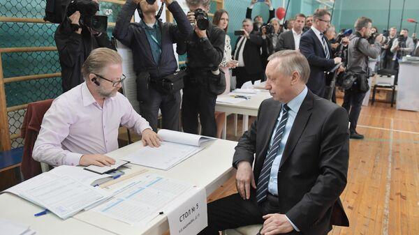 Временно исполняющий обязанности губернатора Санкт-Петербурга Александр Беглов в единый день голосования на избирательном участке в Санкт-Петербурге
