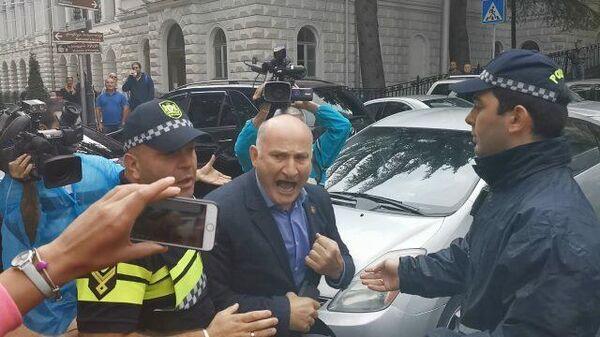 Депутат грузинского парламента устроил потасовку с протестующими