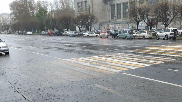 Подтопление участка улицы в результате прохождения тайфуна Линлин