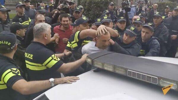 Протестующие в Тбилиси устроили стычку с полицией у здания парламента