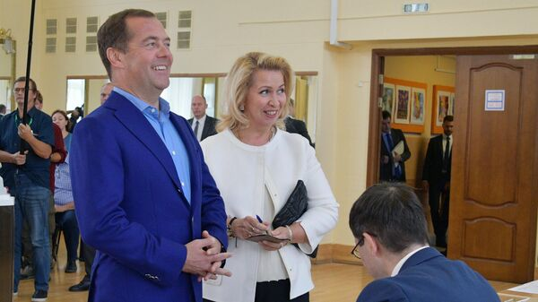 Дмитрий Медведев с супругой Светланой на избирательном участке № 2760 в московском районе Раменки