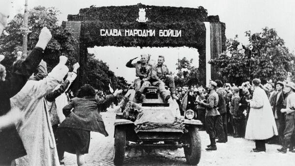 Жители Софии встречают советских воинов