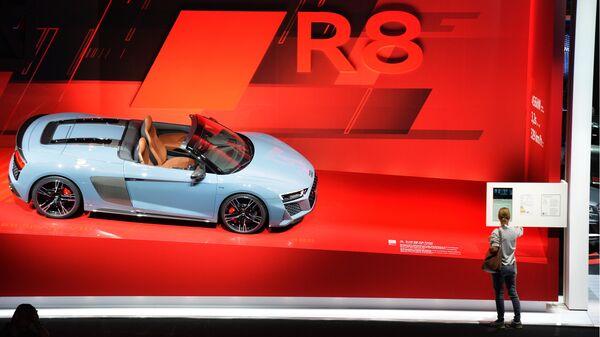 Посетители у автомобиля Audi R8 Spyder V10 на международном автомобильном салоне во Франкфурте