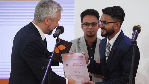 Мушфикул Алам из Бангладеш получает премию за серию работ История мучений.