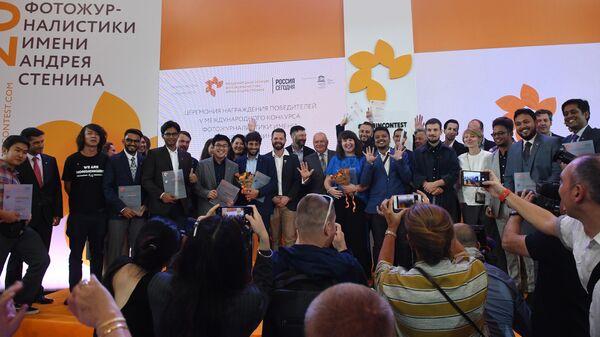 Организаторы и призеры V Международного конкурса фотожурналистики имени Андрея Стенина после церемонии награждения