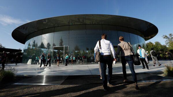 Посетители возле штаб-квартиры компании Apple в Купертино