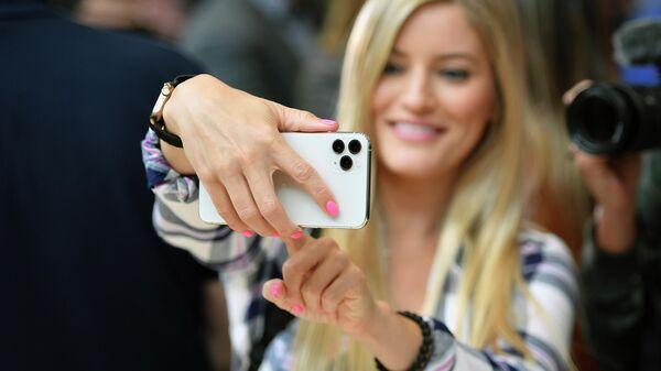 Девушка с телефоном iPhone 11