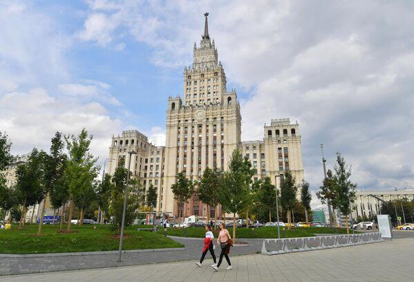 Высотное здание на площади Красных Ворот в Москве