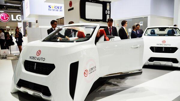 Посетители у автомобиля Nobo Auto на международном автомобильном салоне во Франкфурте