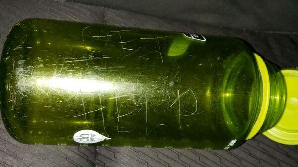 Пластиковая бутылка с надписью Помогите